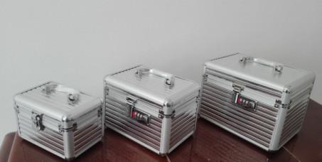 3500 din za set od 3 srebrna kozmetička kofera!