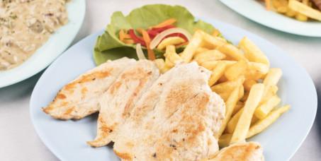 500 din za dve porcije pilećeg belog mesa sa pomfitom + dve teleće čorbe + dve kupus salate u restoranu Magija MB!