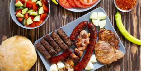 1390 din za mešano meso sa roštilja za 4 osobe(piletina,vrat, krmenadla,kobasica,slanina,ćevap meso,pljeskavica,krompir)+4 teleće čorbe+velika mešana salata za 4 osobe-Restoram Magija MB!