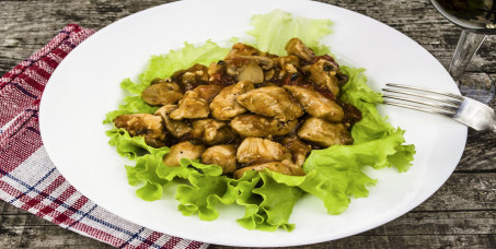 580 din za dve porcije piletine u sosu od pečuraka+dve teleće čorbe+dve kupus salate u Restoranu Magija u Kneza Miloša!