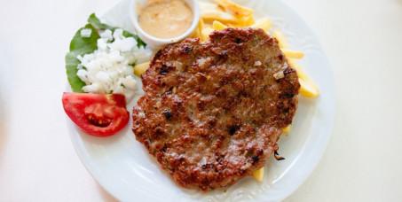 580 din za dve gurmanske pljeskavice punjene kačakavaljem,šunkom,i slaninim+krompir+dve teleće čorbe+dve kupus salate-Restoran Magija-Kneza Miloša!