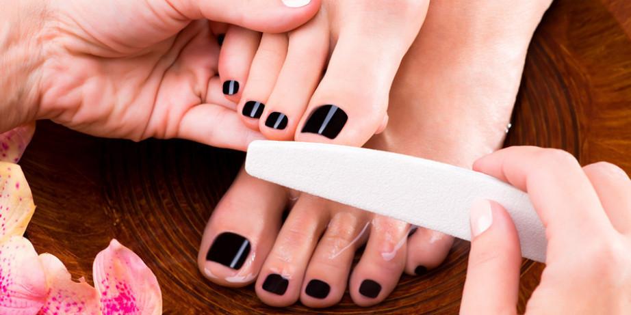 1290 din za medicinski pedikir (sređivanje zanoktica, sečenje noktiju, kutikula)+gel lak (ojačavanje noktiju) ili gel lak po izboru + masaža i piling stopala u salonu Krasiva!