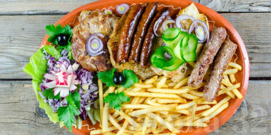 890 din za leskovački roštilj za dvoje (leskovački uštipci, leskovačka kobasica, ćevapi i bela vešalica) + dva deserta (čokoladni kolač/tulumbe, pita sa jabukama) u restoranu Konoba Akustik!