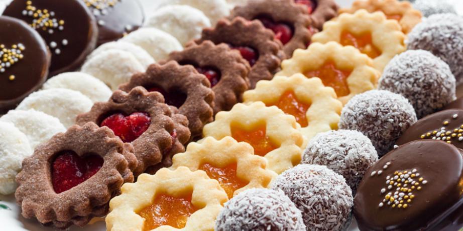 690 din za 1kg mrsnih sitnih kolača: crna i bela bajadera, rafaelo, snikers, čokoladne kuglice, vanilice i voćne korpice u poslastičarnici Nonna Delicatezza!