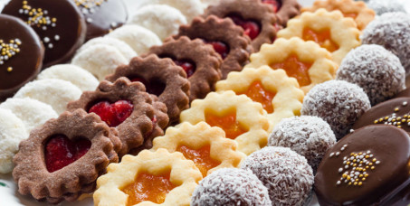 790 din za 1kg mrsnih sitnih kolača: crna i bela bajadera, rafaelo, snikers, čokoladne kuglice, vanilice i voćne korpice u poslastičarnici Nonna Delicatezza!