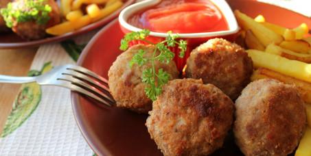 420 din za mesne uštipke punjene sirom (prilog:pomfrit,kečap,sweet chilli,sezonska salata) u pivnici Kraljica Marija!