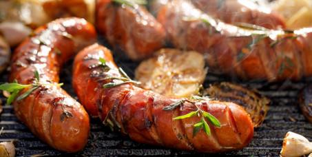 1080 din za mix kobasica za četiri osobe: domaća ljuta kobasica,kobasica sa sirom, goveđa kobasica u pivnici Kraljica Marija!